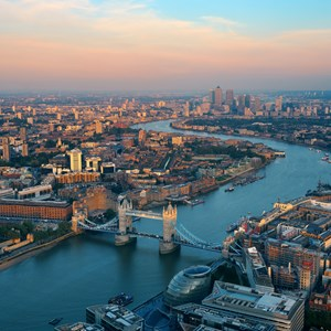 London rooftop view panorama at sunset with urban architectures and Thames River / Songquan Deng/Shutterstock.com