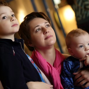 Portrait of a mother and her sons in museum / Chubykin Arkady/Shutterstock.com