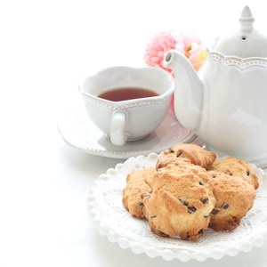 Homemade chocolate chips cookie and English tea / jreika/Shutterstock.com