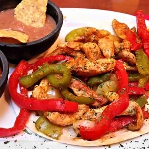 Chicken and bell pepper fajitas / JeniFoto/Shutterstock.com