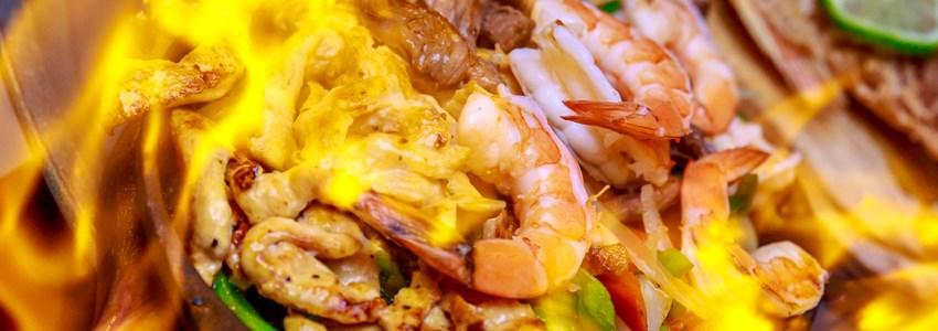 Shrimp and chicken fajita with flame