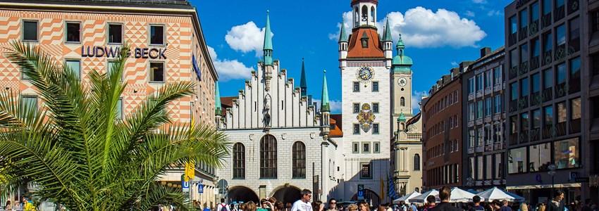 Altes Rathaus am Marienplatz und Ludwig Beck