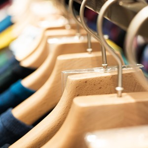 Winter clothes hanged on a clothes rack / Wang An Qi/Shutterstock.com