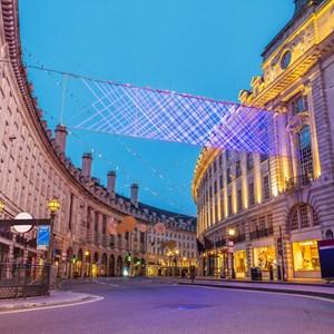 Regent Street on Christmas / Zoltan Gabor/Shutterstock.com