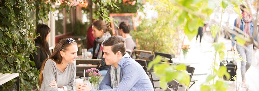 junge Leute im Café