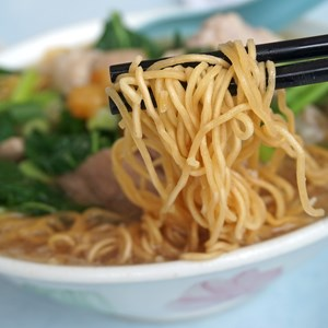 Chinese noodle in soup / jenwong/Shutterstock.com