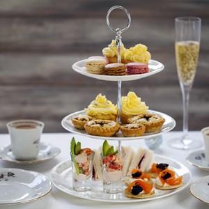Christmas afternoon tea / Magdanatka/Shutterstock.com