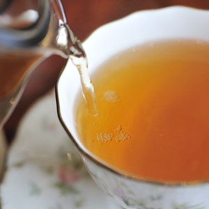Pouring tea / T photography/Shutterstock.com